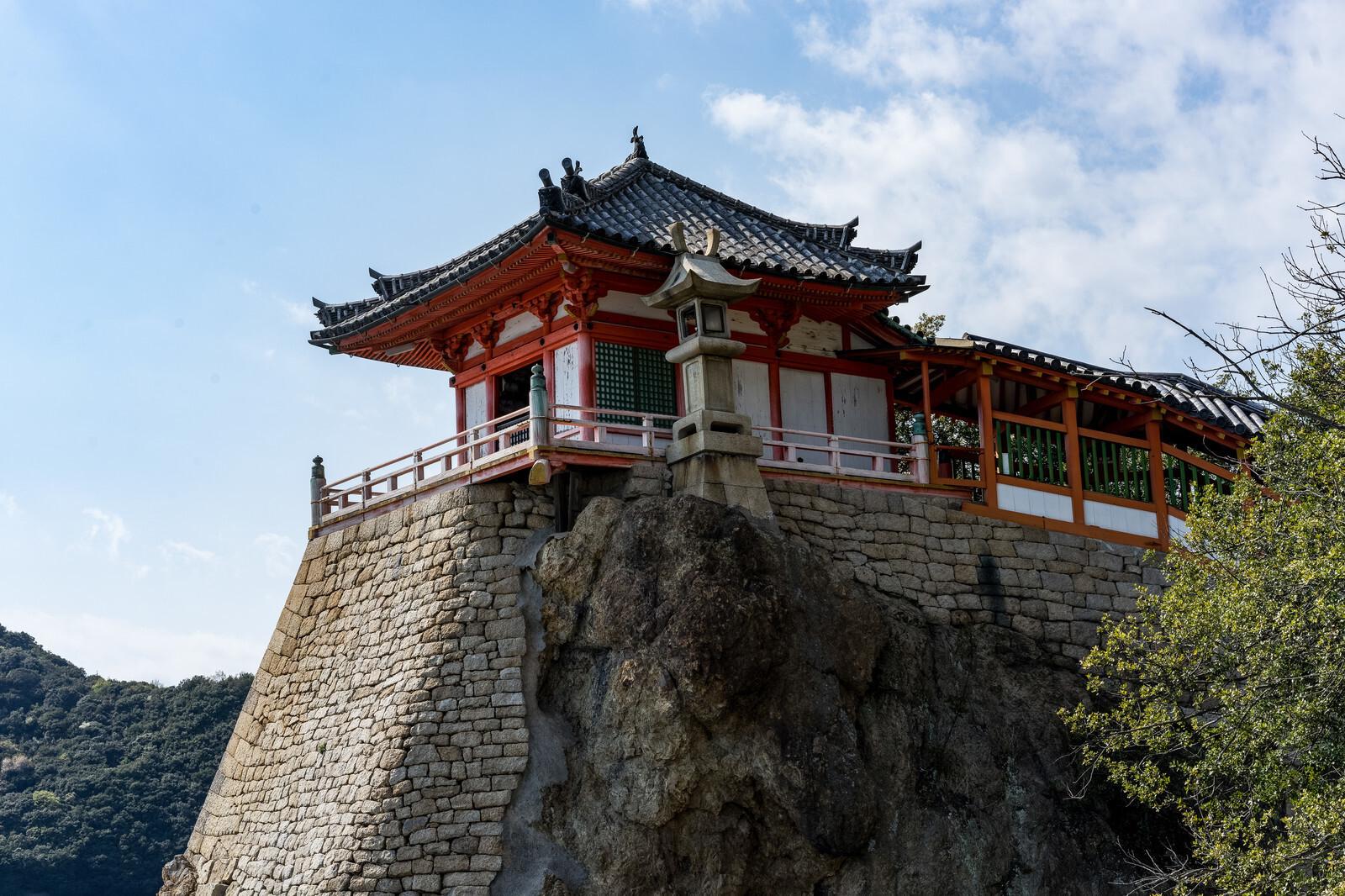 岩壁の上の寺院