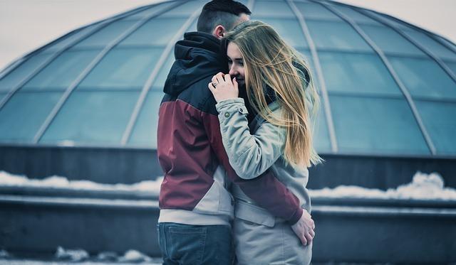 外で抱き合う男女