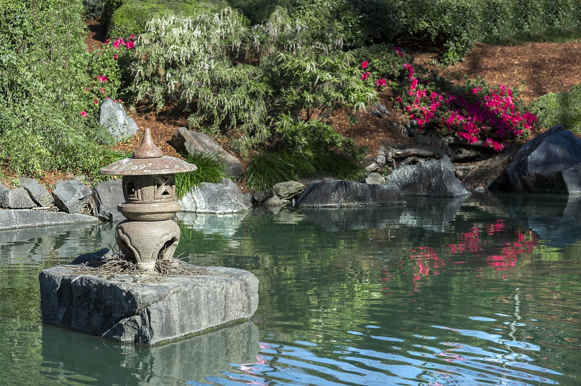 池に浮かぶ灯篭