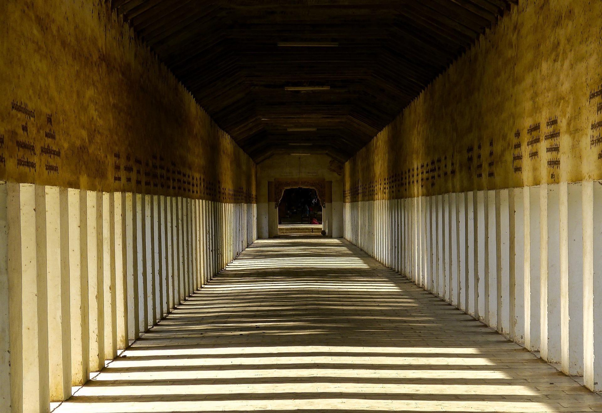石柱に挟まれた道