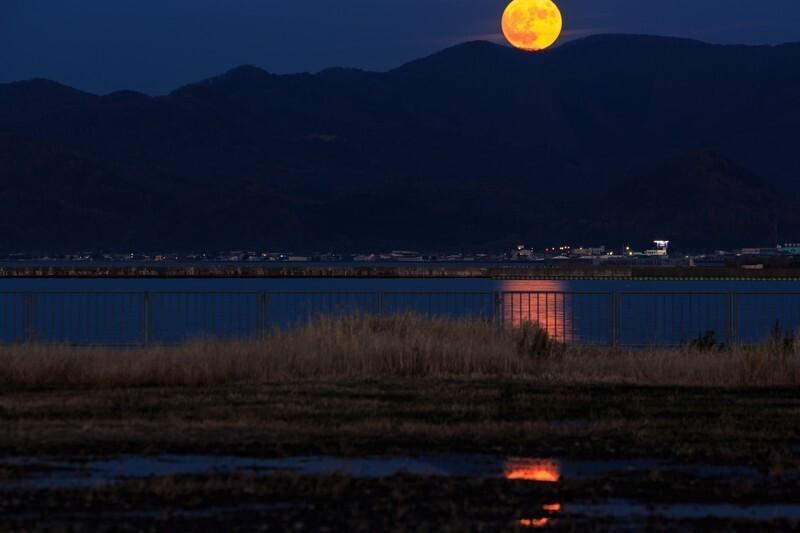 満月が昇っていく様子