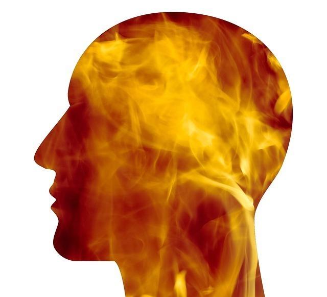 横顔のシルエットの中で炎が燃えている