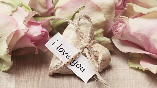ピンクのバラの真ん中に置かれた「I Love You」のメッセージ