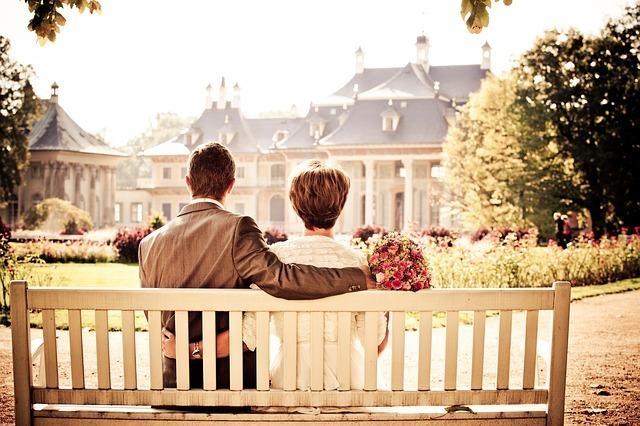 ベンチに座り優しく相手を支え合う男女