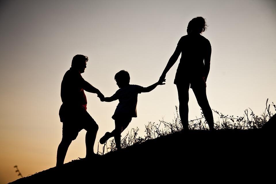 手を繋いでいる3人家族