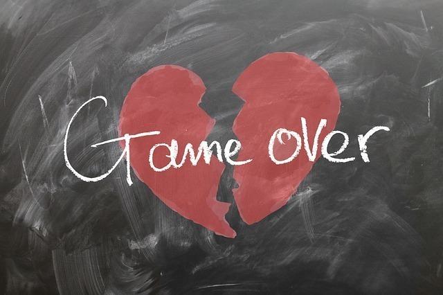 ハートが割れてgame overと書かれた恋愛関係の破局のイメージ画像