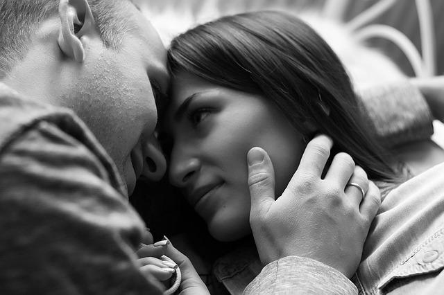 陰に隠れて恋する男女