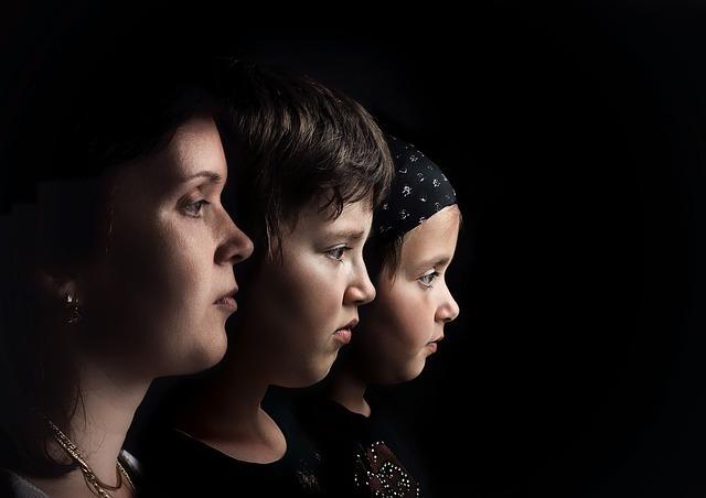 黒い背景の中、並んでどこか虚ろに前方を見つめる違う年代の3人。
