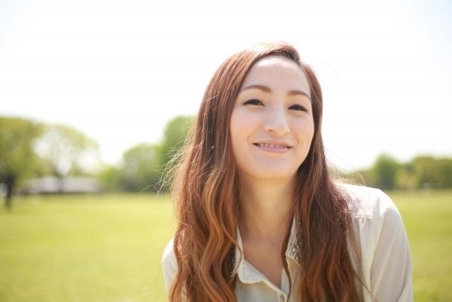 公園で笑顔の女性
