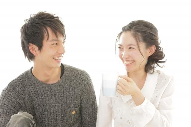 見つめ合って笑顔のカップル