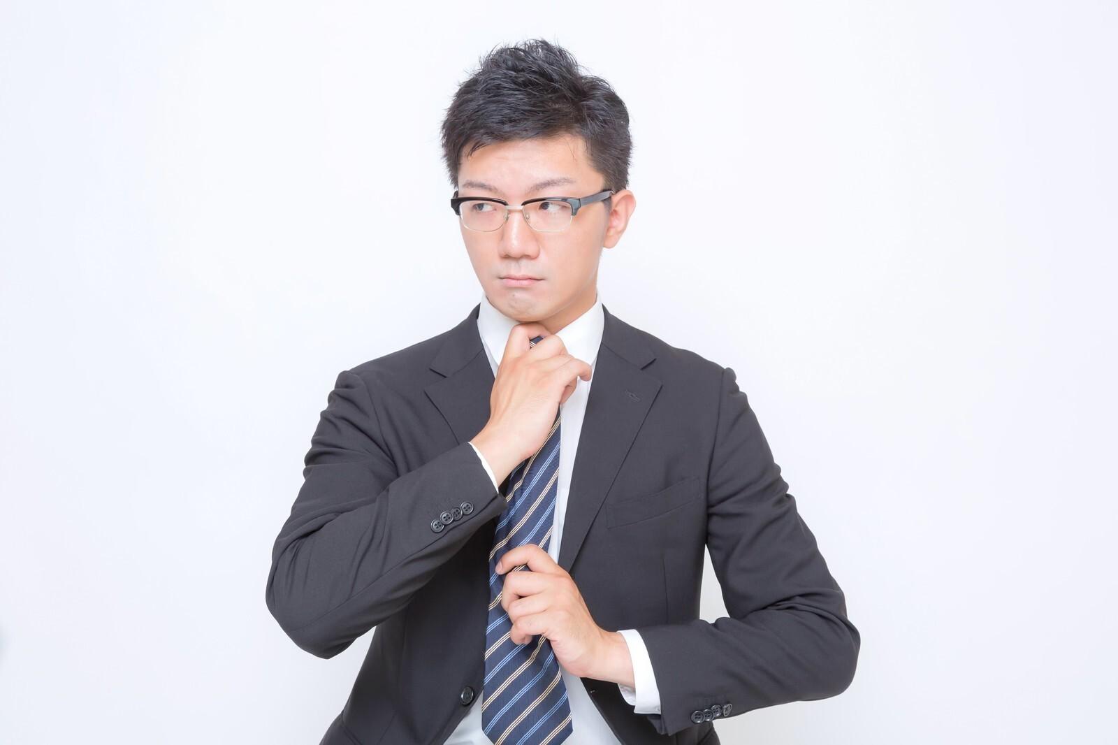 ネクタイを締める男性。
