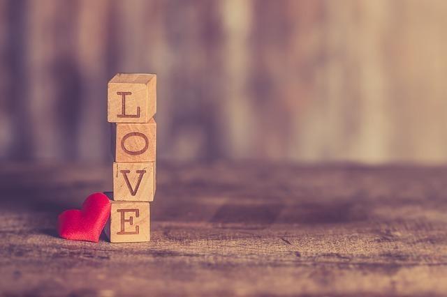 LOVEと書かれた積木が縦に積みあがっている画像