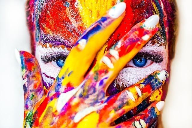 カラフルな絵の具が付いた女性の顔