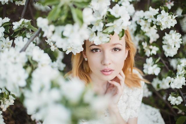 花の中から見つめる女性