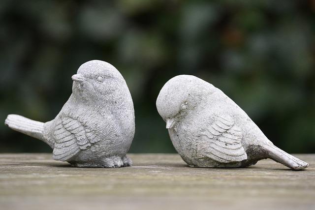 そっぽを向き合う鳥の石像