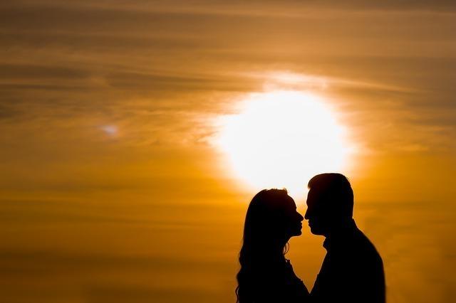 夕日で見つめ合う男女