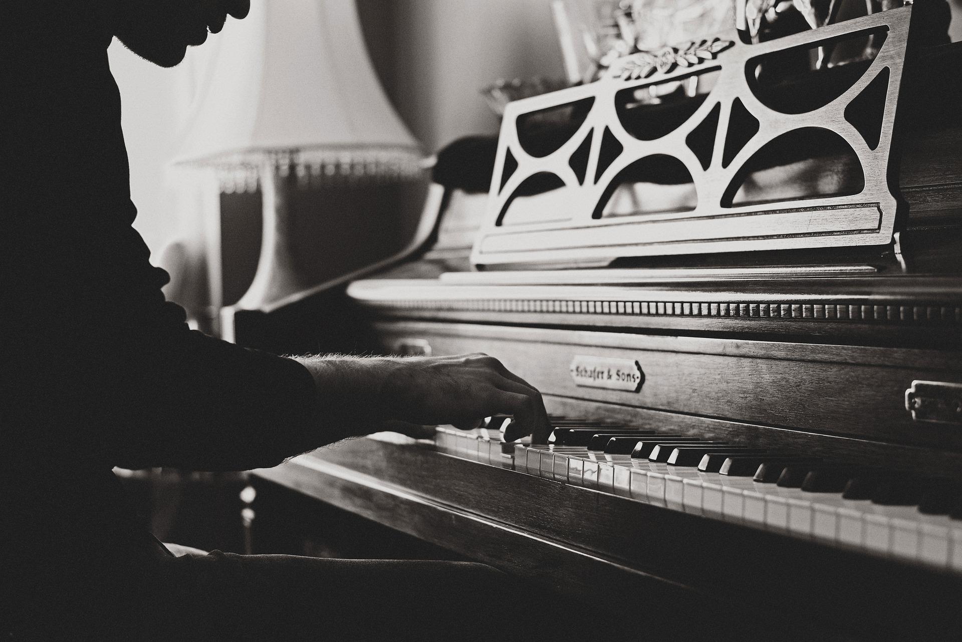 ピアノを弾いている男性