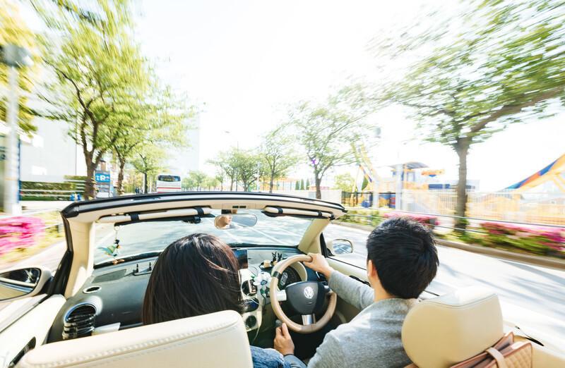 ドライブ中の恋人たち