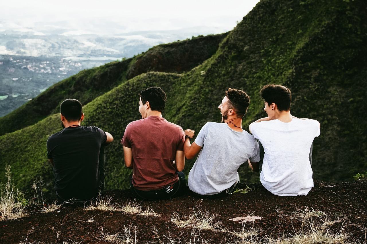 山で男性同士で笑い合う