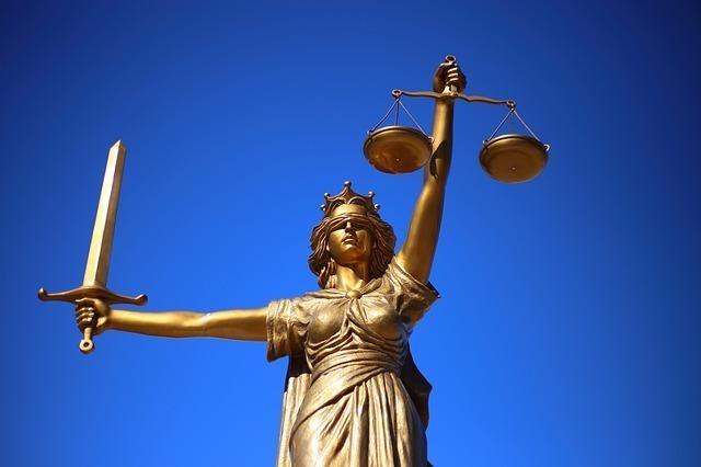 天秤と剣を掲げ正義を象徴する銅像
