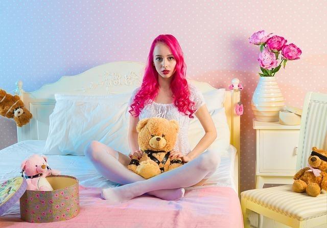 クマのぬいぐるみに囲まれた少女のような女性