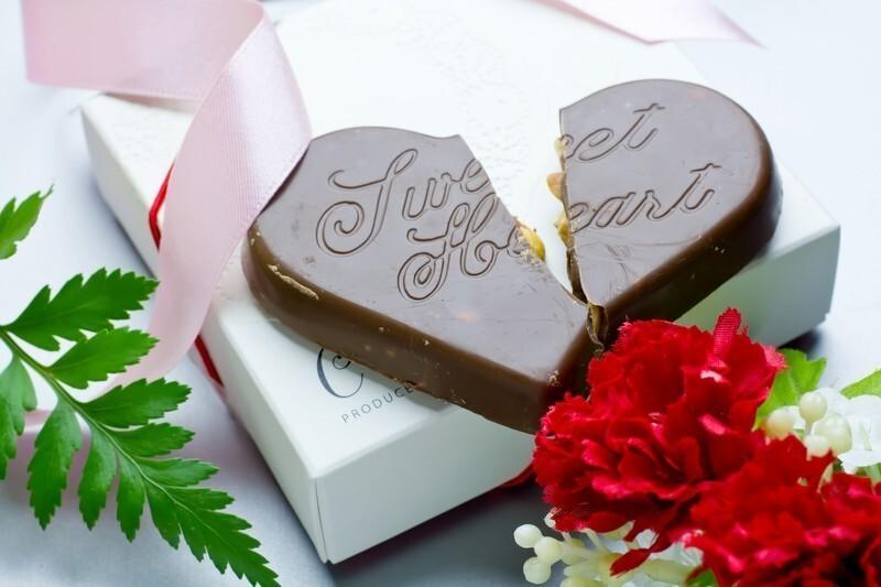 ハート型のチョコレートが割れた画像