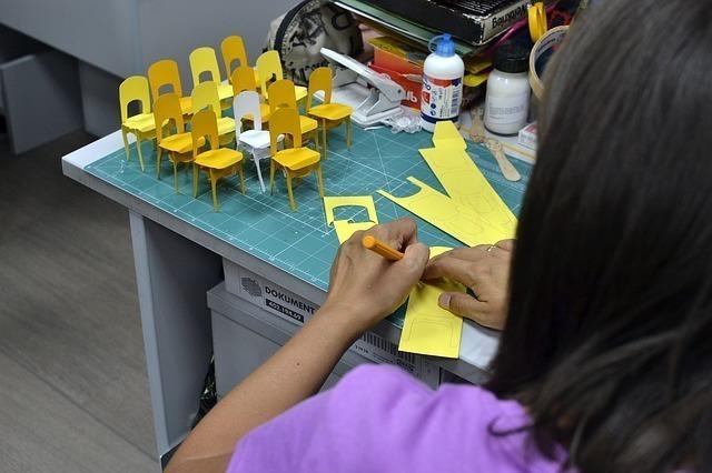 図画工作をする女性