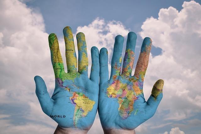 手に世界地図が描かれている