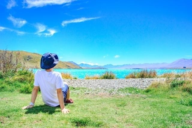 草原にのんびりする男性