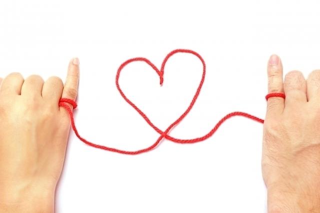 赤い糸で結ばれる男女