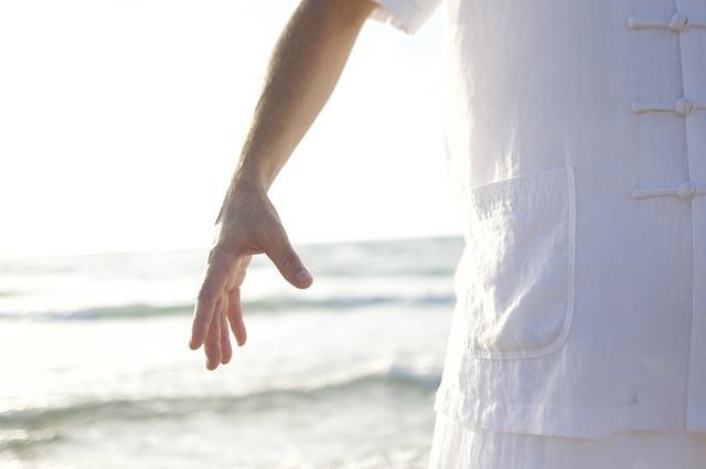 砂浜に立っている人の手