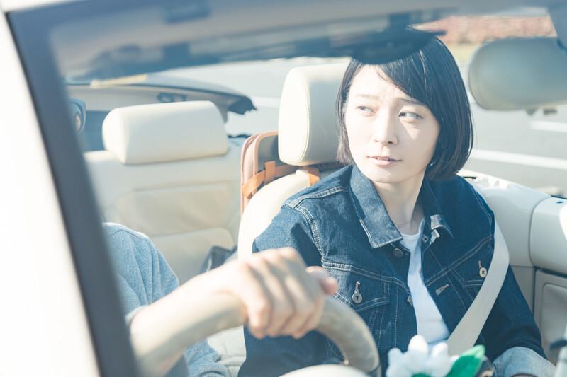 ドライブ中の男女