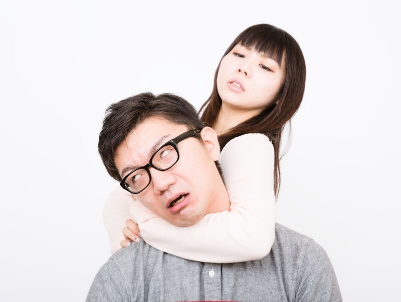 女性から首を絞められる男性