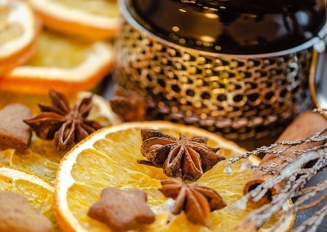 セミドライオレンジのうえに八角・シナモンが置かれた画像