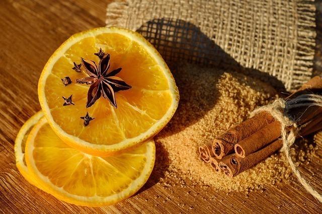 セミドライオレンジに刺したクローブと八角にシナモンを添えた画像