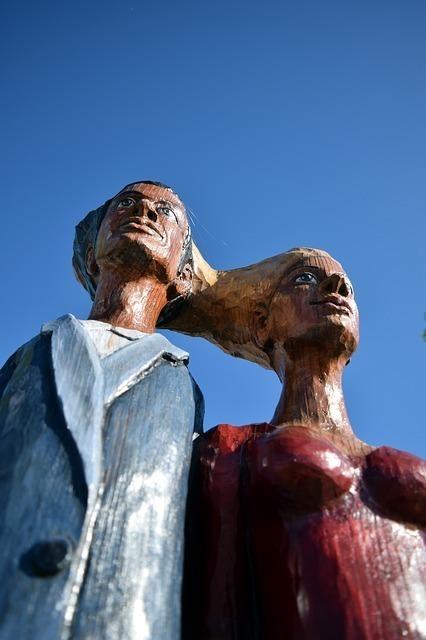 木彫りの男女
