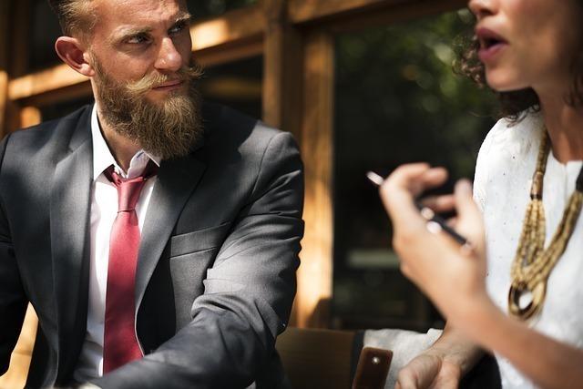 同僚の話を聞くビジネスマン