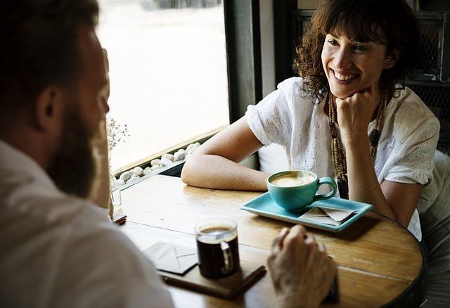 カフェで会話を楽しむ様子