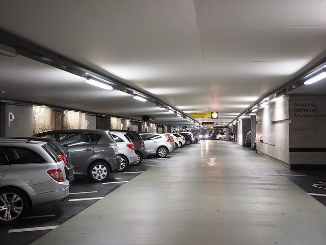 多くの車が止まっている駐車場