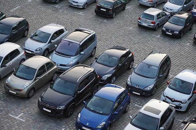 駐車場に止まっている車