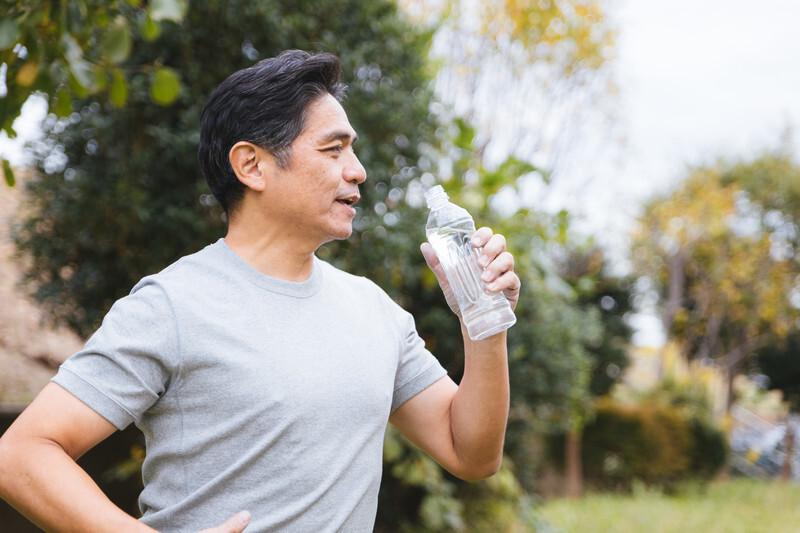 熱中症対策で水を飲む男性