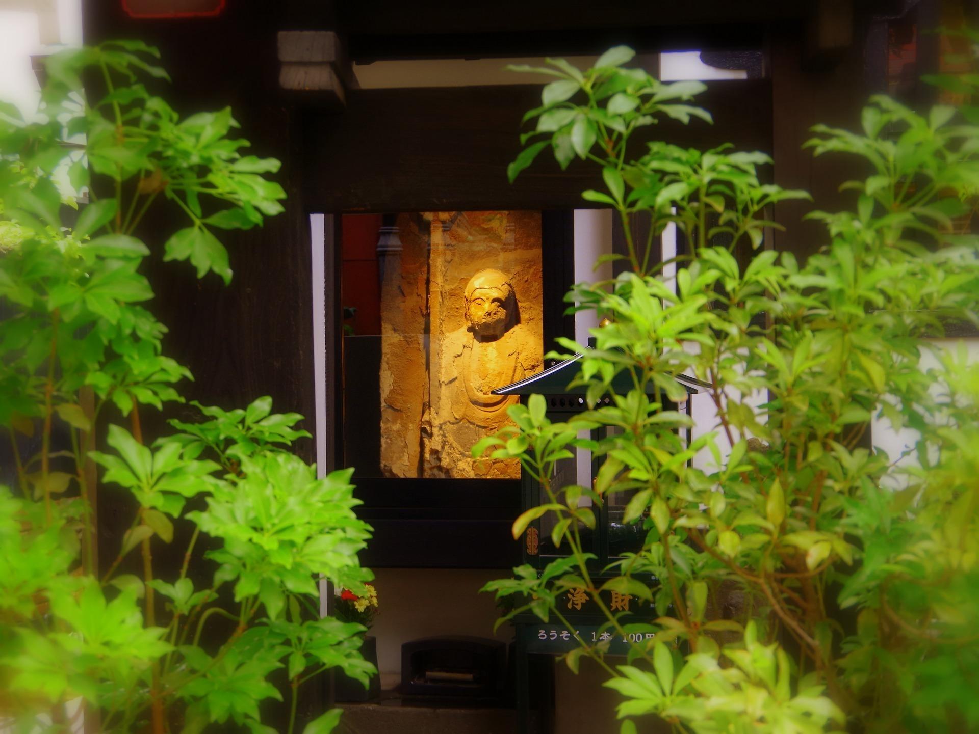 神社のお地蔵さんの画像