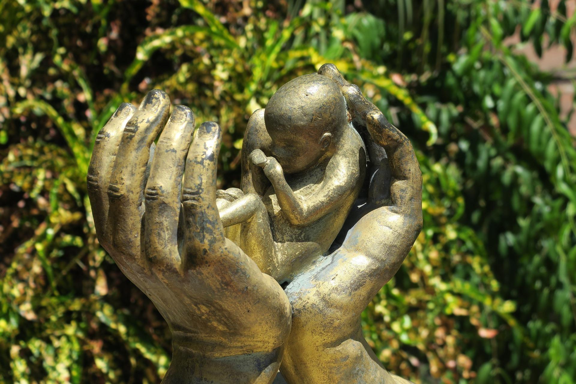 中絶した赤ちゃんを掌で抱く銅像