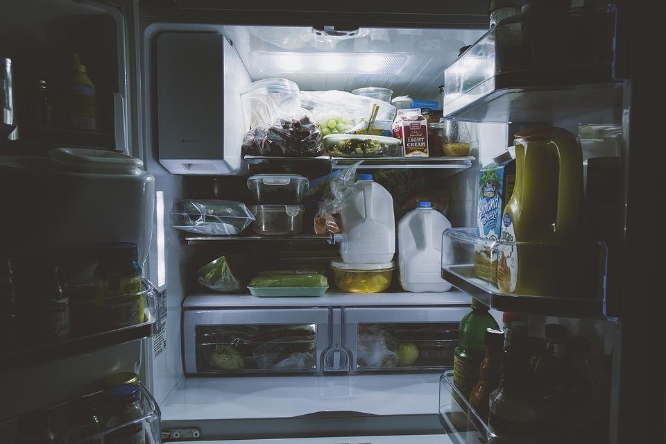 冷蔵庫の横が熱いのは故障?