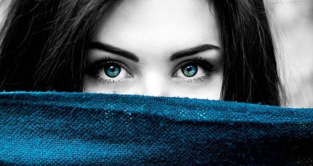 目の色に特徴がある芸能人は?