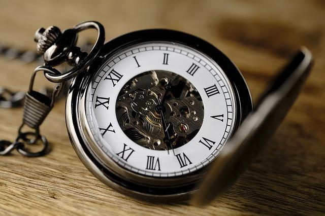 蓋の開いた懐中時計