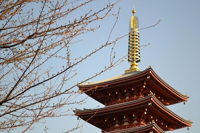 空に向かって伸びる仏塔