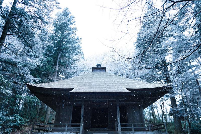 雪が降る平泉のお寺