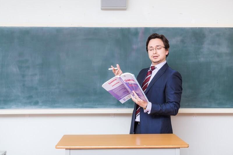 黒板を使って解説する先生