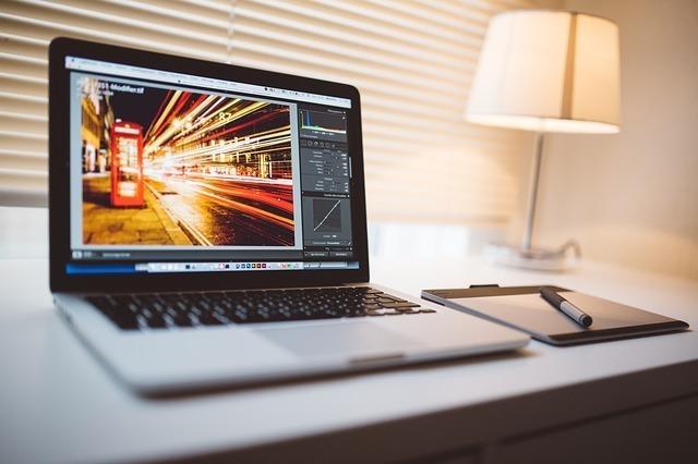 画像編集画面が開かれているパソコン